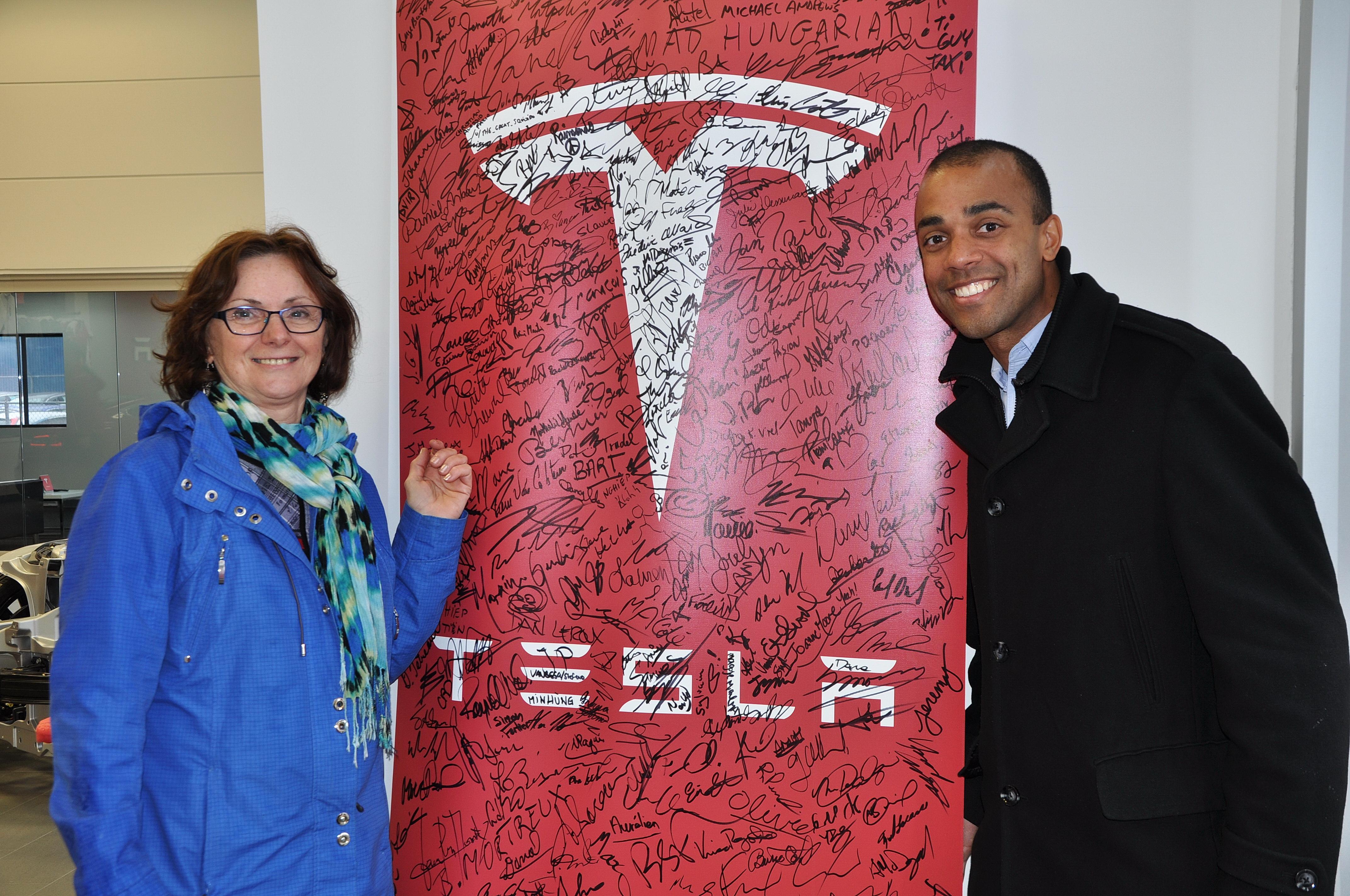 Marielle Théroux et son fils David, font à nouveau confiance au produit Tesla. Leurs signatures s'ajouteront aux centaines déjà inscrites en ce premier jour de commandes.