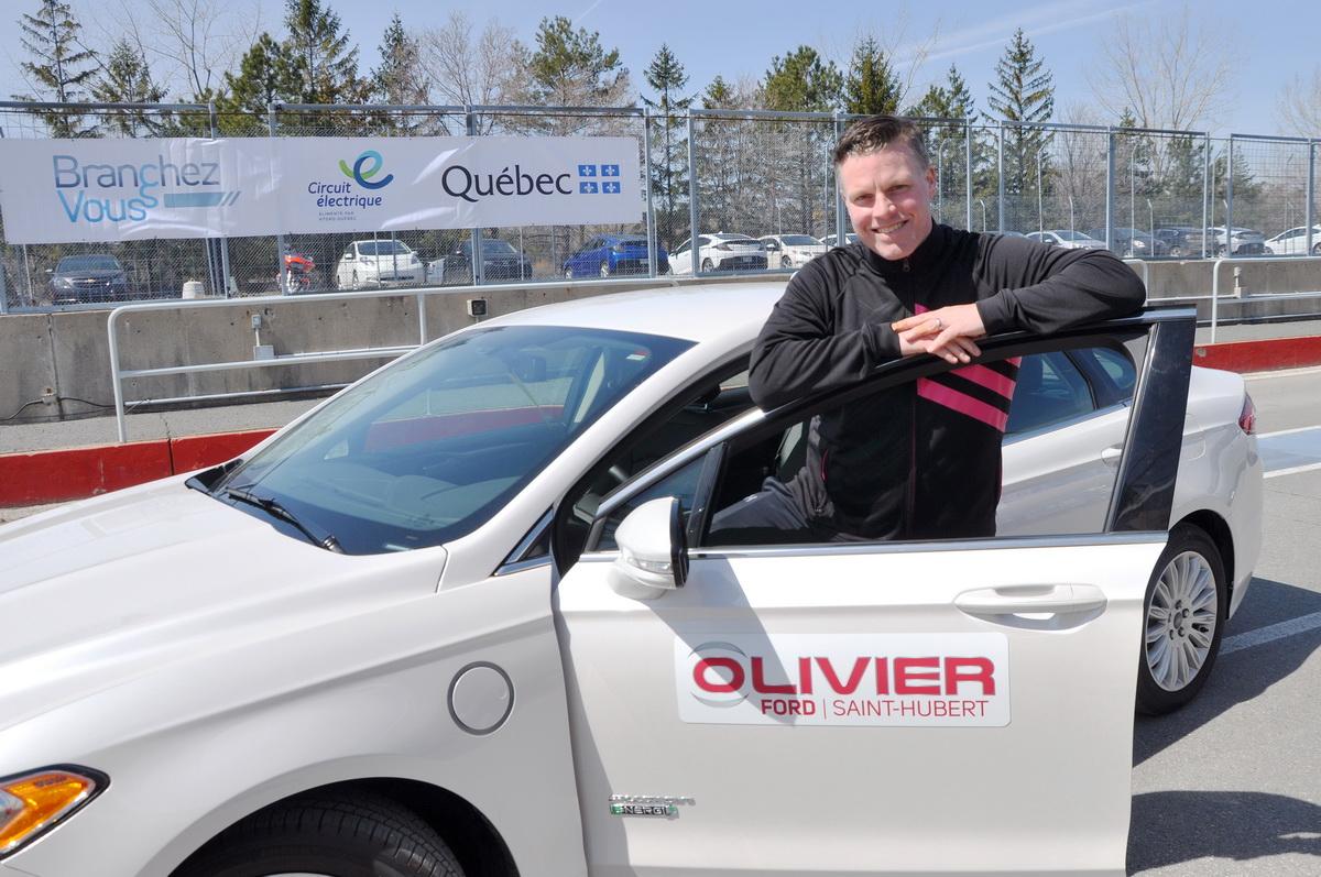 LP Leblanc-Boucher, directeur marketing & expérience clients du groupe Olivier avec l'une des voitures à l'essai au circuit Gilles Villeneuve, la Ford Fusion Energi.
