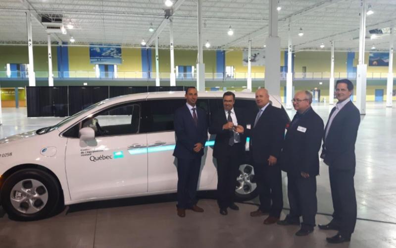 La première Chrysler Pacifica Hybride 2017 livrée au Canada, dans un parc de véhicules au Québec