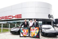 Deux Porsche Cayman 2018 du Centre Porsche Québec aux couleurs des tableaux de Françoise Nielly