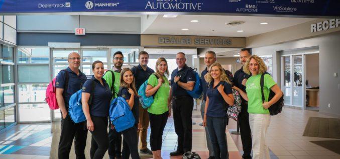 Une note parfaite pour la collecte de fournitures scolaires de Cox Automotive Canada