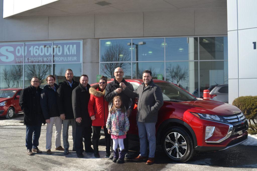 Le gagnant du concours du Salon de l'auto de Montréal prend livraison de son Mitsubishi Eclipse Cross