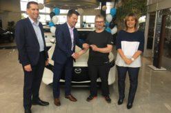 Salon de l'auto de Québec : le gagnant d'une Mazda3 AWD reçoit ses clés