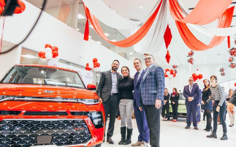 Une cliente de Kia de Sherbrooke part avec la millionnième voiture de la marque vendue au Canada