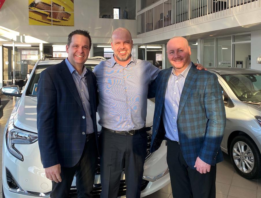 On peut reconnaître Patrick Tremblay, président de Tremblay Auto Groupe ainsi que Marc-André Morin, conseiller des ventes, et Yannick Prénoveau, directeur des ventes chez Repentigny Chevrolet.