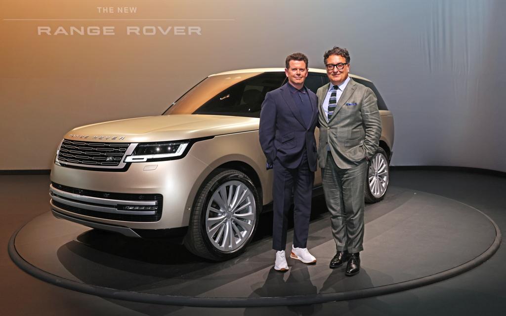 Gerry McGovern (g.), grand patron du design chez Jaguar Land Rover, et le directeur du design, Massimo Frascella, posent devant le Range Rover 2022 lors de son dévoilement au Royal Opera House de Londres.