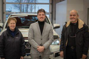 Vincent Demers, représentant aux ventes chez Lévis Toyota, entouré de clients satisfaits.
