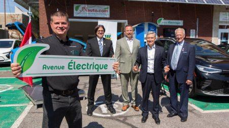 Sur la photo du haut, on aperçoit: (de g. à d.) Sylvain Juteau, le président fondateur de Roulez électrique, Christian Blanchette, le recteur de l'UQTR, Jean Lamarche, le maire de Trois-Rivières, le ministre François-Philippe Champagne et Michel Biron, un ancien membre du Sénat.