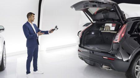 Un ambassadeur Cadillac   présente en direct à un utilisateur de Cadillac Live un XT4 à l'aide d'une petite caméra.