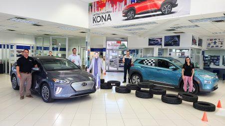 Yann Bélair, conseiller aux ventes, Pierre-Olivier Carrier, conseiller aux ventes, Luc Legault, technicien certifié avec plus de 20 ans d'expérience chez Hyundai et spécialisé en véhicule électrique et Valérie Audette, conseillère aux ventes chez Performe Hyundai de Mont-Laurier.