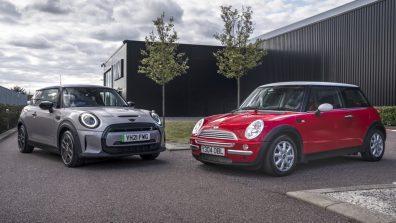 Vingt années d'histoire représentées par une Mini 2021 (g.) et une Mini 2001.