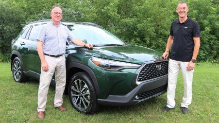 Jocelyn Daneau, le directeur régional de la marque pour le Québec et la région atlantique, et Jean-Yves Lesage, directeur régional de formation et spécialiste de produit, aux côtés de la Toyota Corolla Cross 2022.
