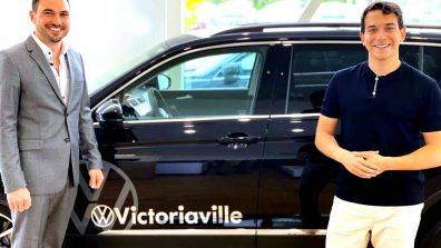 William Cloutier, vainqueur de Star Académie 2021 a reçu les clés d'un Tiguan 2021 des mains du président de Volkswagen Victoriaville, Samuel Laquerre, le 4juin.