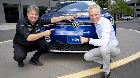 Rainer Zietlow, pilote du ID4-USA Tour, et Scott Keogh, président et chef de la direction de Volkswagen Group of America, prennent la pose devant un des deux Volkswagen ID.4 utilisés pour cette expédition transcontinentale.